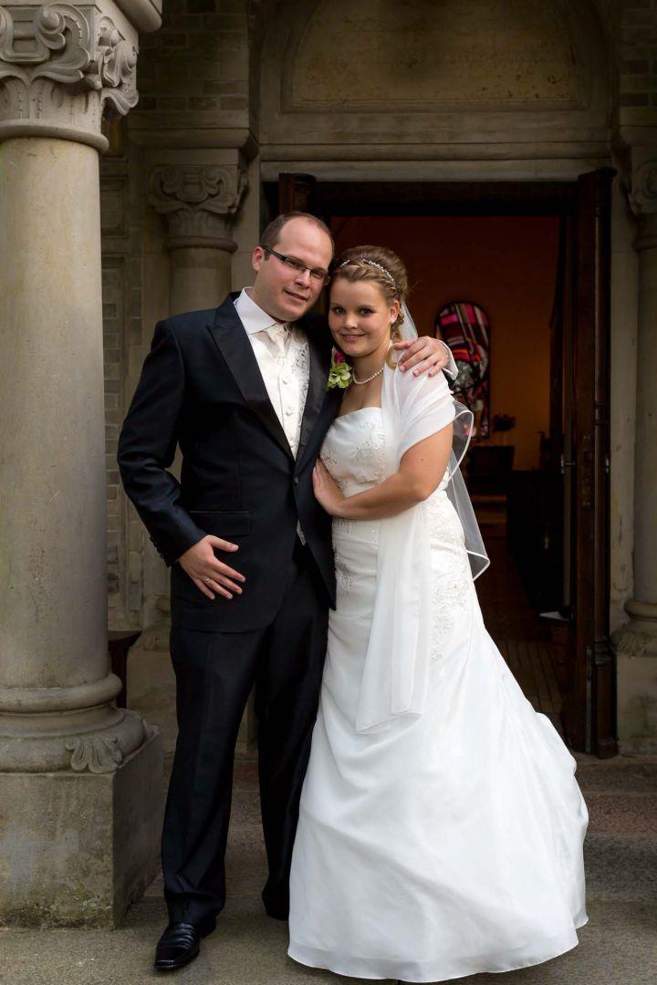 Das Brautpaar vor der Kapelle - Hochzeit in Spohienhof bei Preetz von Kerstin und Sebastian aus Hamburg