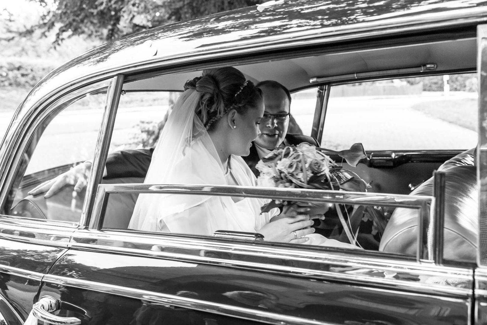 Das Brautpaar im Oldtimer - Hochzeit in Spohienhof bei Preetz von Kerstin und Sebastian aus Hamburg