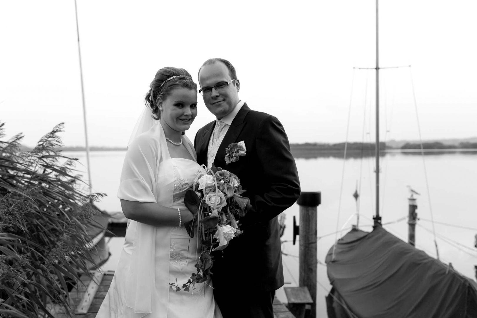 Das Brautpaar am See - Hochzeit in Spohienhof bei Preetz von Kerstin und Sebastian aus Hamburg