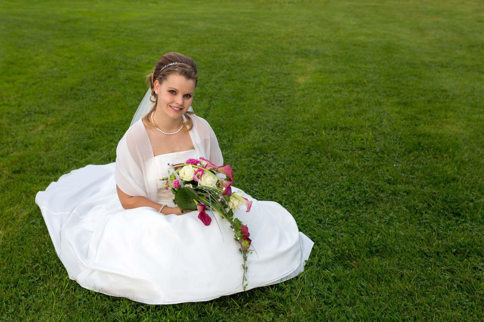 Die Braut auf dem frischen Grün - Hochzeit in Spohienhof bei Preetz von Kerstin und Sebastian aus Hamburg