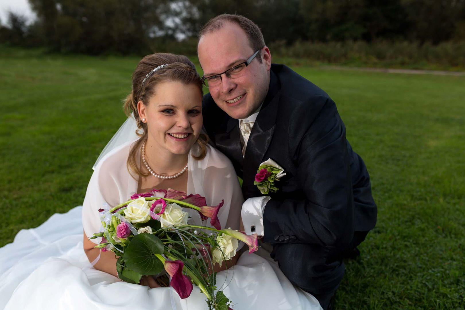 Das Brautpaar hat Spass bei den Portraits zur Hochzeitsreportage - Hochzeit in Spohienhof bei Preetz von Kerstin und Sebastian aus Hamburg