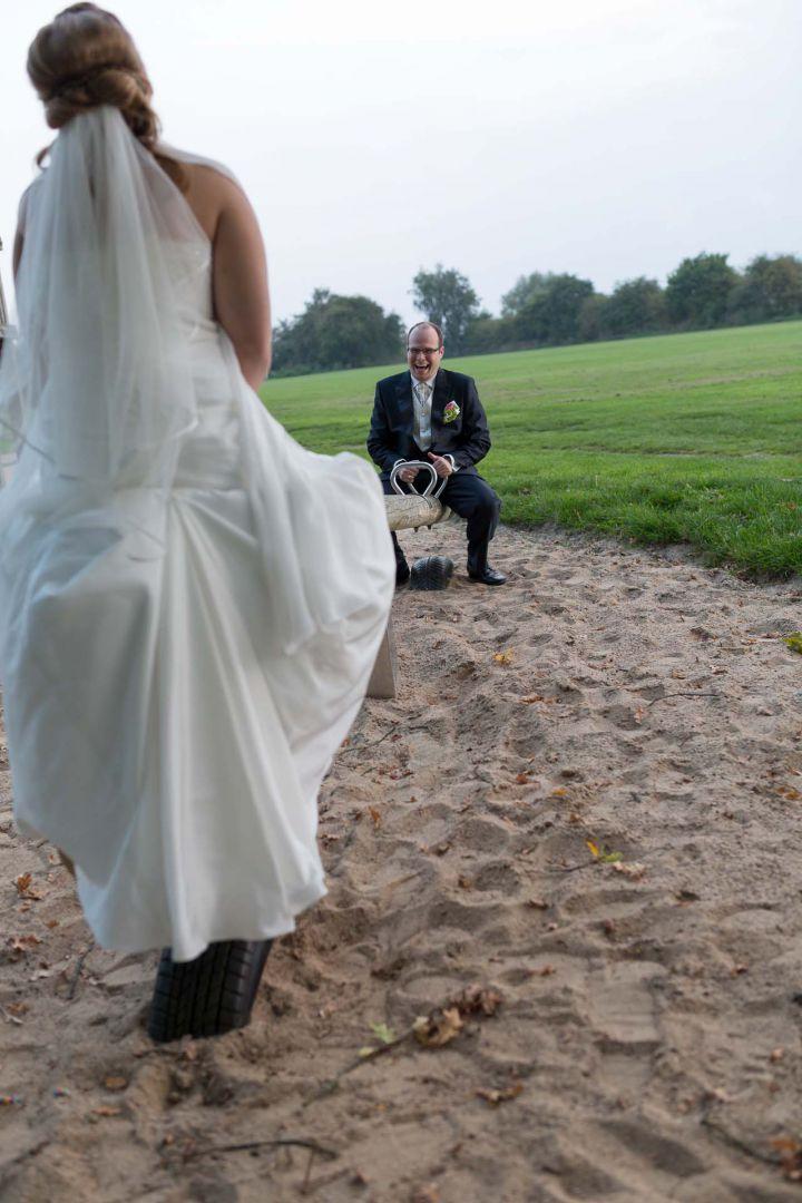 Das Brautpaar auf dem Spielplatz in Schellhorn bei Preetz - Hochzeit in Spohienhof bei Preetz von Kerstin und Sebastian aus Hamburg