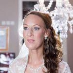 Die Braut – perfekt gestylt kurz vor der Trauung.